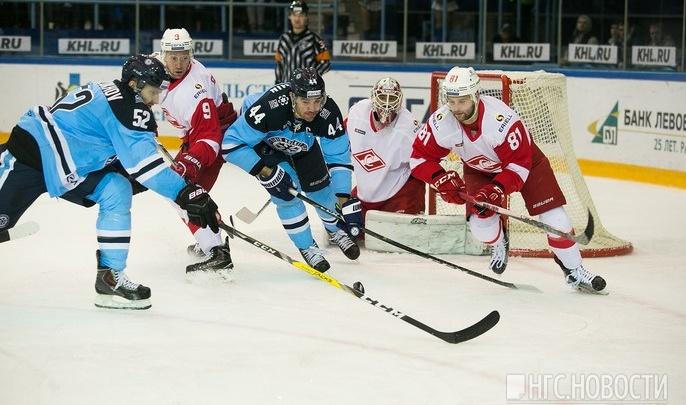 Фанаты хоккейной «Сибири» завалили соцсети фотографиями с первого матча сезона
