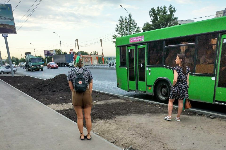 «Где дороги?»: Первомайский сквер пришел в упадок, а на Большевичке навалили земли — даёшь пыль!