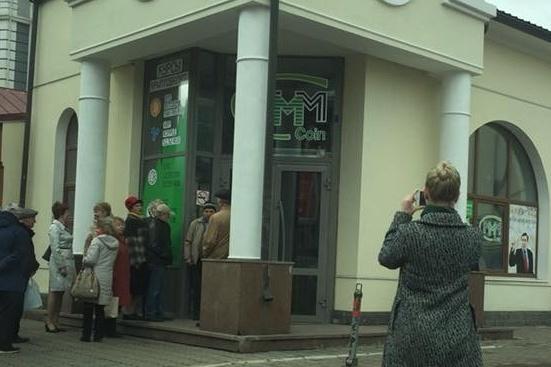 Странный офис с толпой народа в центре Красноярска