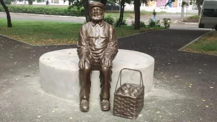 В Уфе вандалы повредили новенький памятник дедушке-дачнику