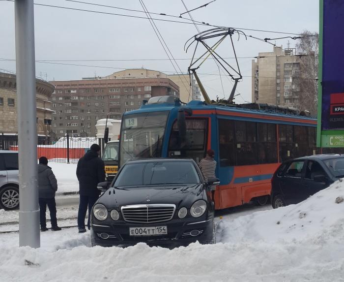 «Мерседес» был припаркован на Депутатской рядом с трамвайными путями