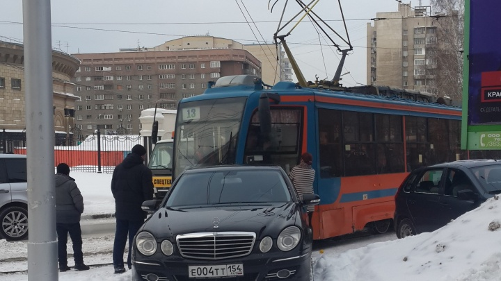 Припаркованный около оперного театра «Мерседес» помешал движению трамваев № 13