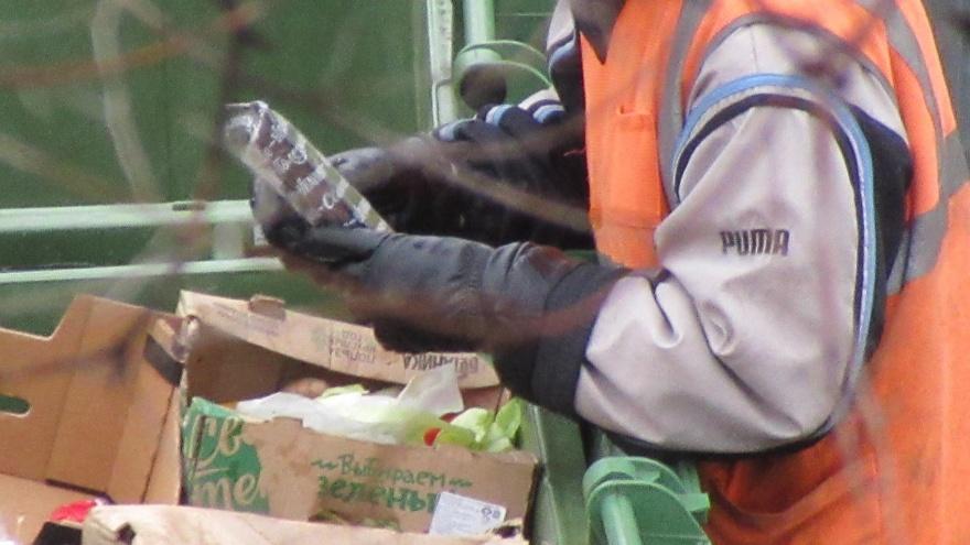 «Хорошо, если не для садиков»: волгоградцы выгребают «просрочку» из мусорных баков у «Магнита»