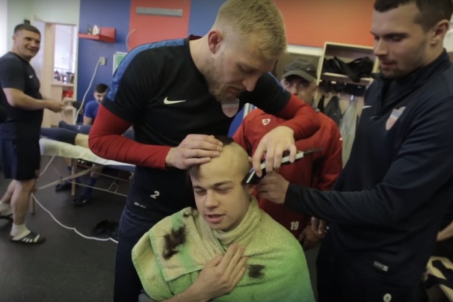 Футболисты «Енисея» побрили налысо пресс-атташе, который проиграл спор