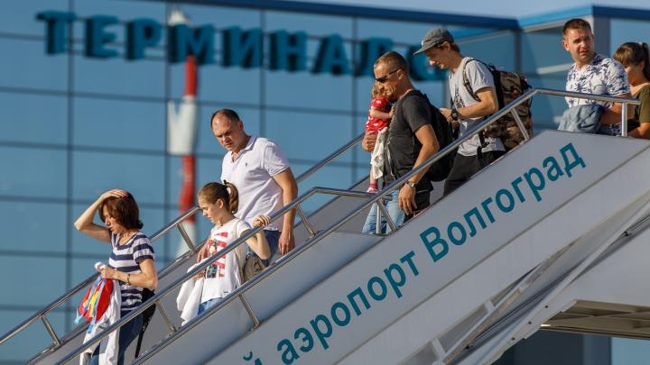 В Волгограде запустили водяную арку над первым самолетом из Ростова-на-Дону