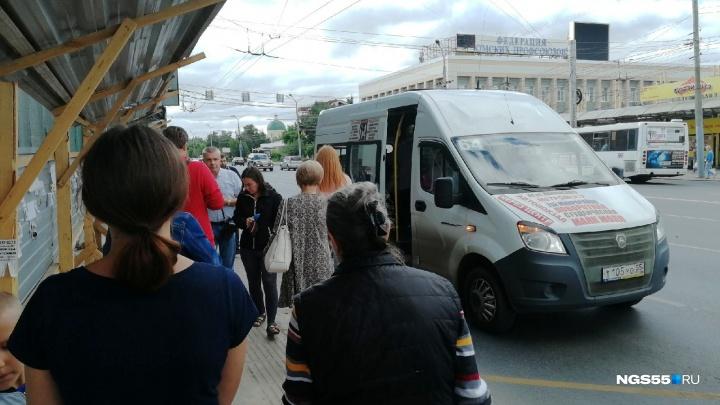 Омичи продолжают ждать транспорт на закрытой остановке «Площадь Ленина»