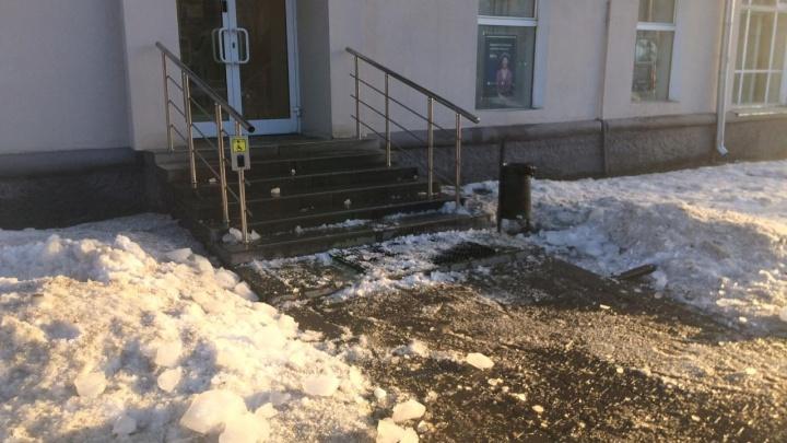 Да сколько можно?! На Малышева — Гагарина на сотрудницу банка упала глыба льда