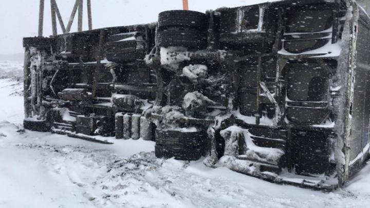 На заснеженной дороге в Норильске перевернулся автобус. Пострадали 7 человек