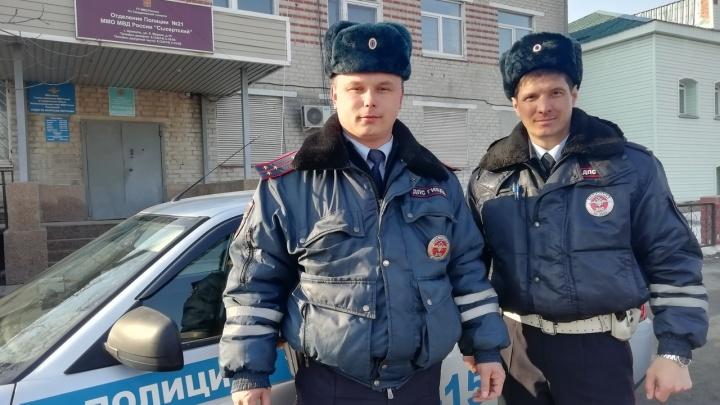 Полицейские помогли на трассе вскрыть запертый Infiniti челябинской семьи