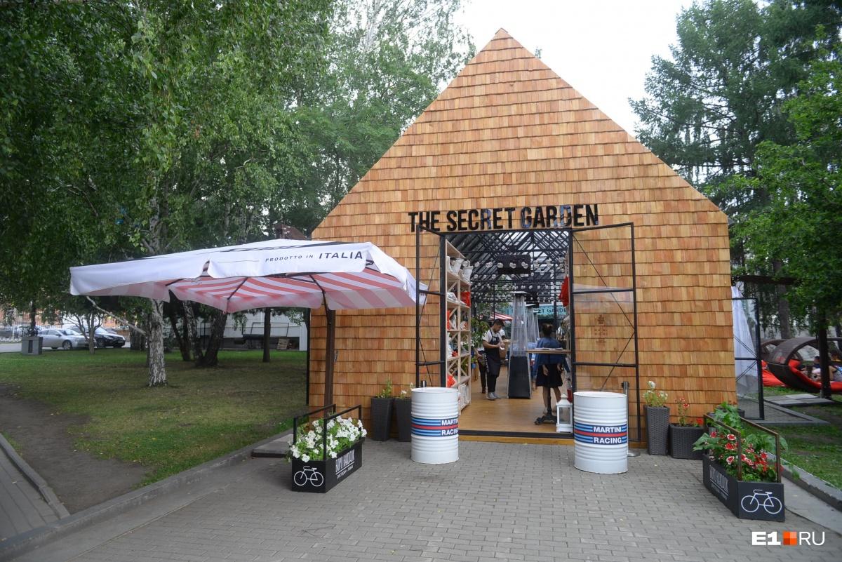 Вторая веранда«Бюро находок» находится за зданием ресторана