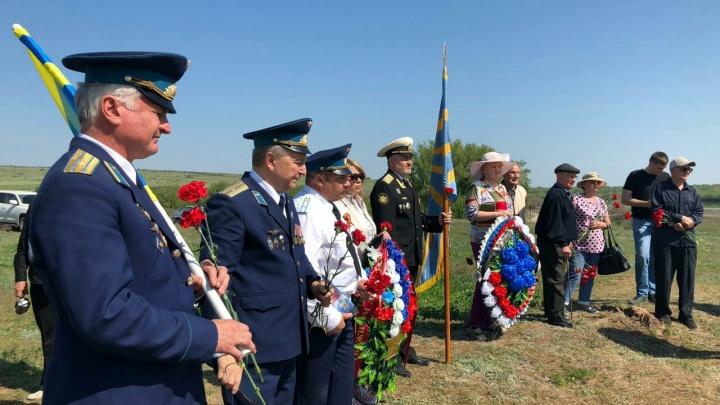 «Неизвестные герои»: под Волгоградом открыли памятный знак двум пошедшим на таран лётчикам