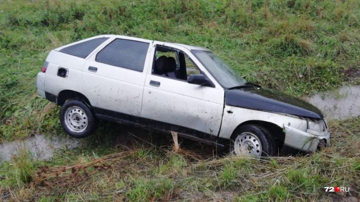 В Тюменском районе пьяный водитель отечественной легковушки вёз маленьких сыновей и слетел в кювет
