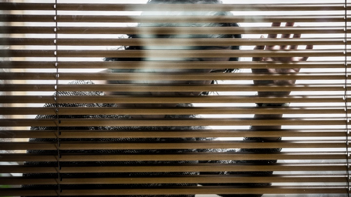Годовалый ребёнок закрыл замёрзшую мать на балконе