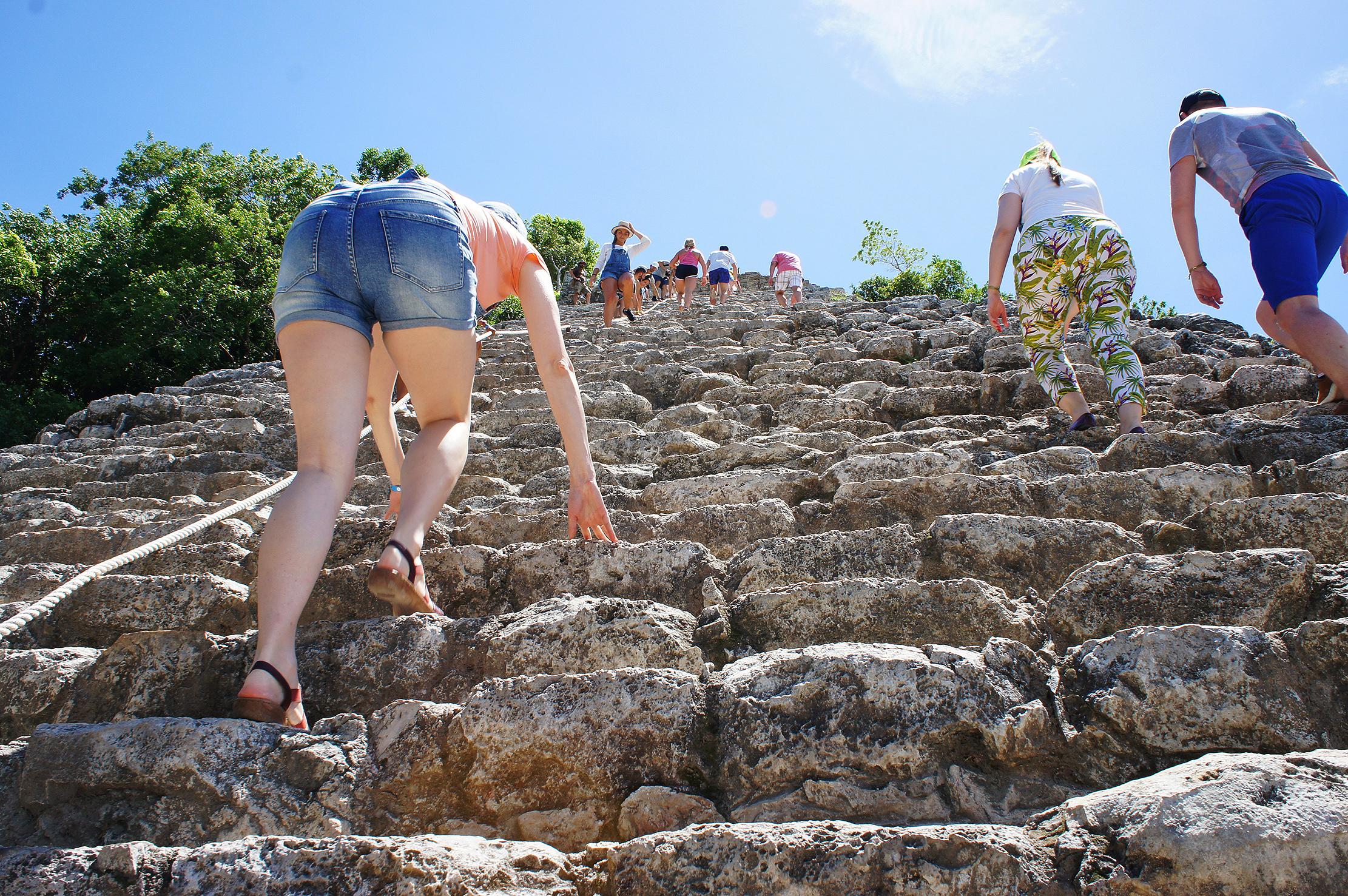 Скользкие ступени отшлифованы ногами тысяч туристов, поэтому подниматься тяжело