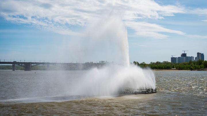 Брызги на воде: на Оби запустили плавучий фонтан