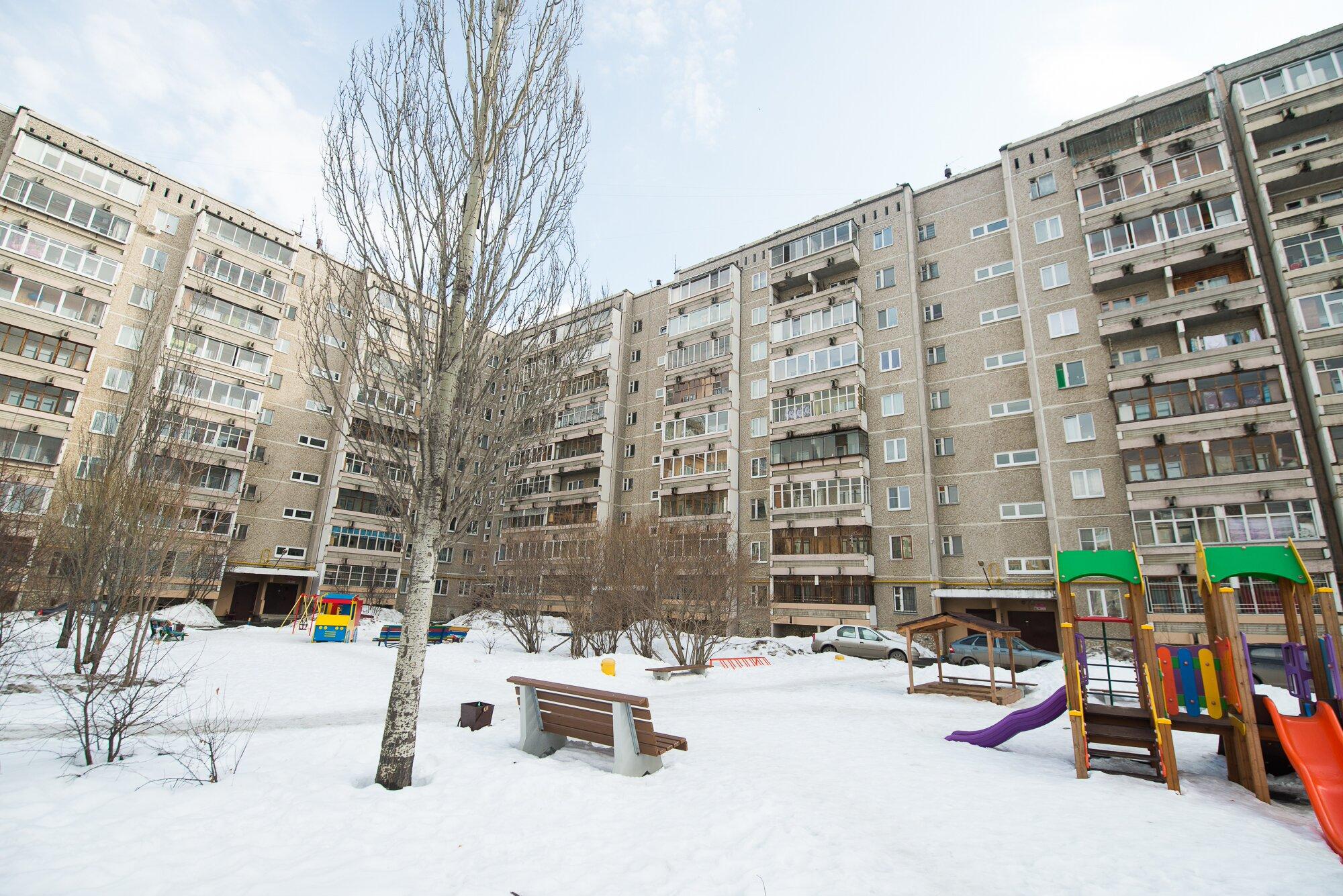 Дворы типовых панельных девятиэтажек на окраинах Екатеринбурга обычно выглядят как богом забытые, но этот — исключение
