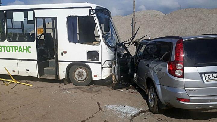 На трассе в Башкирии иномарка протаранила автобус с пассажирами