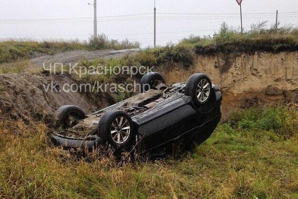 BMW X5 вылетела в кювет и перевернулась после столкновения с Renault