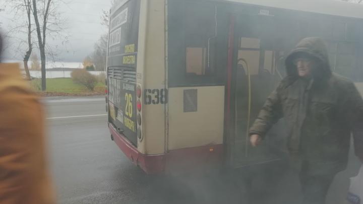Люди разбегались от остановки: в Ярославле из автобуса, полного пассажиров, повалил едкий дым