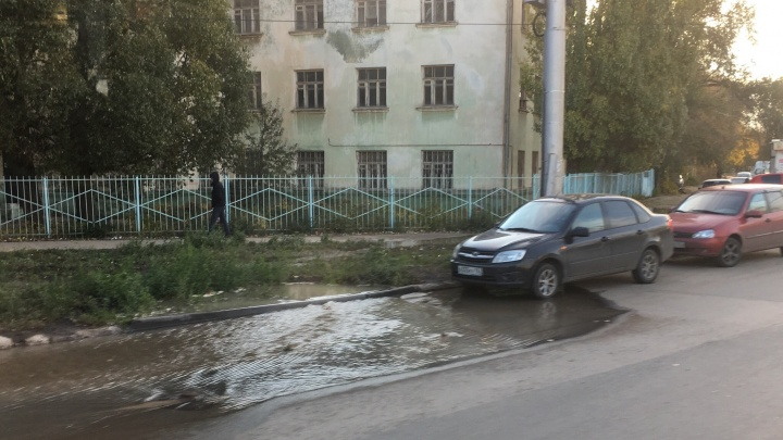 Подрядчики ремонта Заводского шоссе повредили водопровод