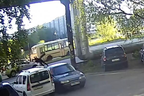 Пешеходы уже заканчивали переходить дорогу, когда в них влетела машина
