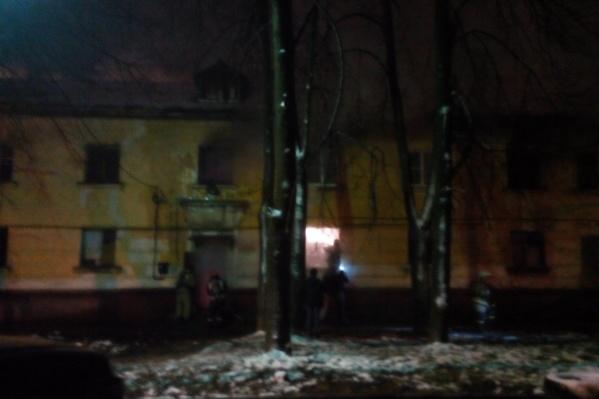 Очевидцы подозревают, что дом подожгли