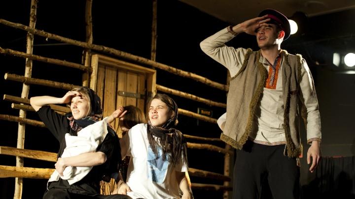 Новосибирцы пришли в «Глобус» на восьмичасовой спектакль с бесплатным ужином