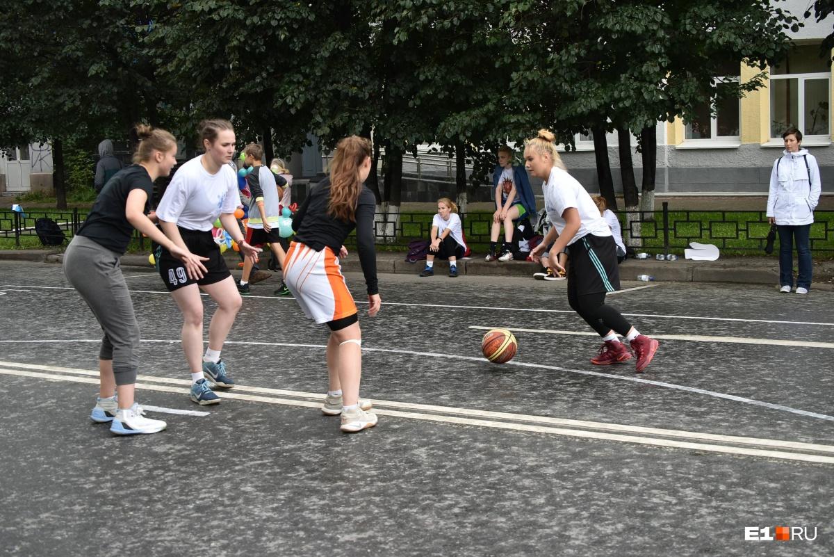 Самые активные и спортивные играли в баскетбол, танцевали и подтягивались на турниках