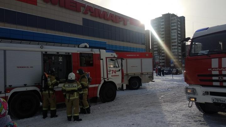 Посетителей «Ботаника Молла» эвакуировали из-за пожара. Тушить бутик бросились сотрудники ТЦ