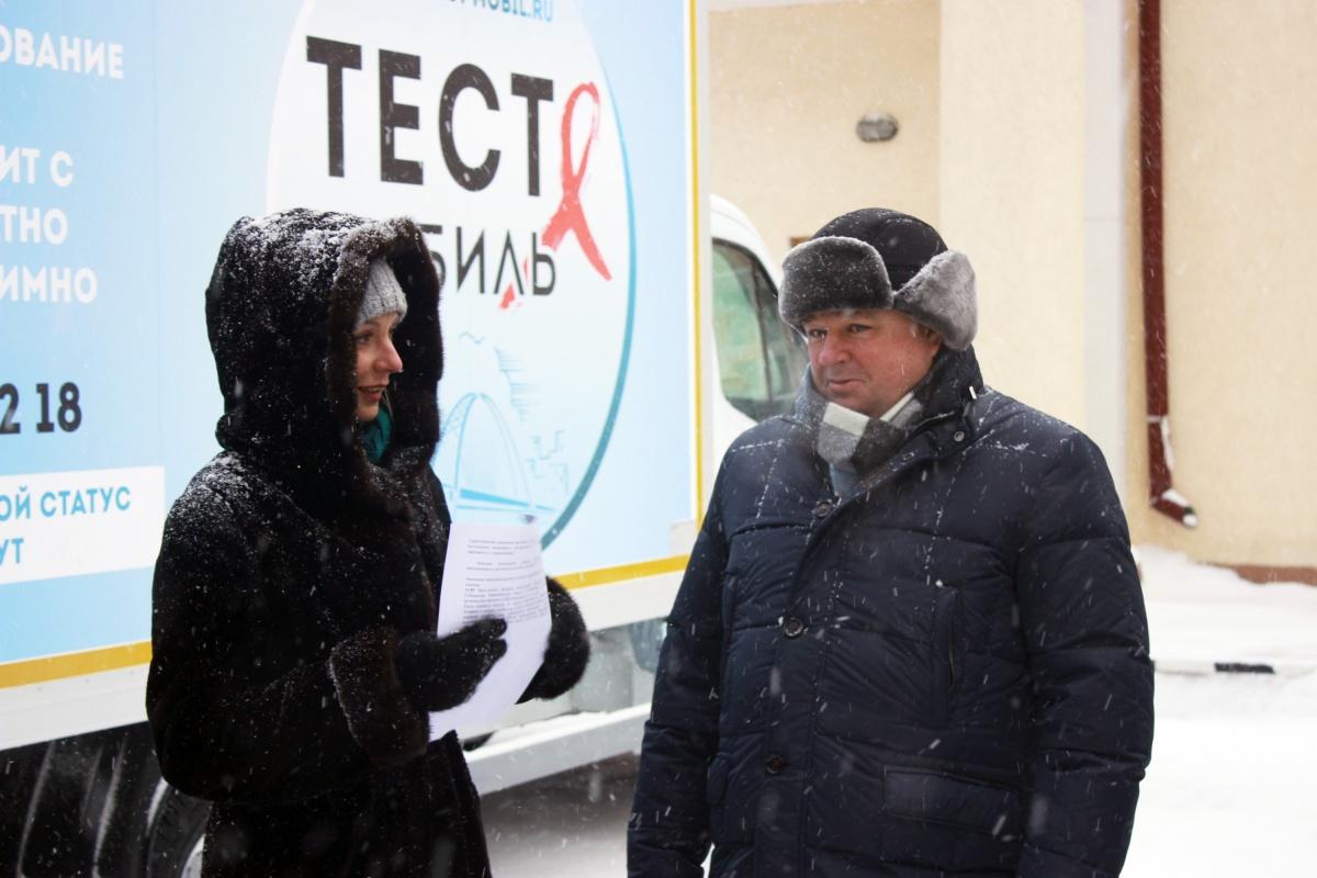 По словам представителей минздрава, таких автомобилей пока нет в других регионах России. На фото — врио министра здравоохранения Олег Иванинский
