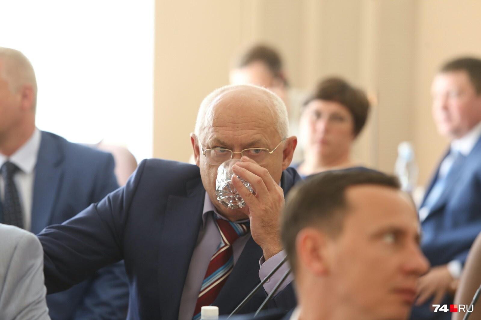 Михаил Вербитский перед важным голосованием решил попить водички