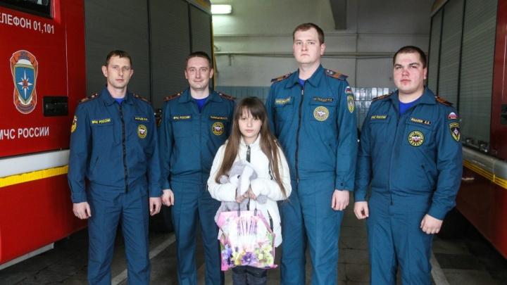«Стояла в окне, крепко сжимая Умку»: в Волгограде школьница спасла собаку из горящей квартиры