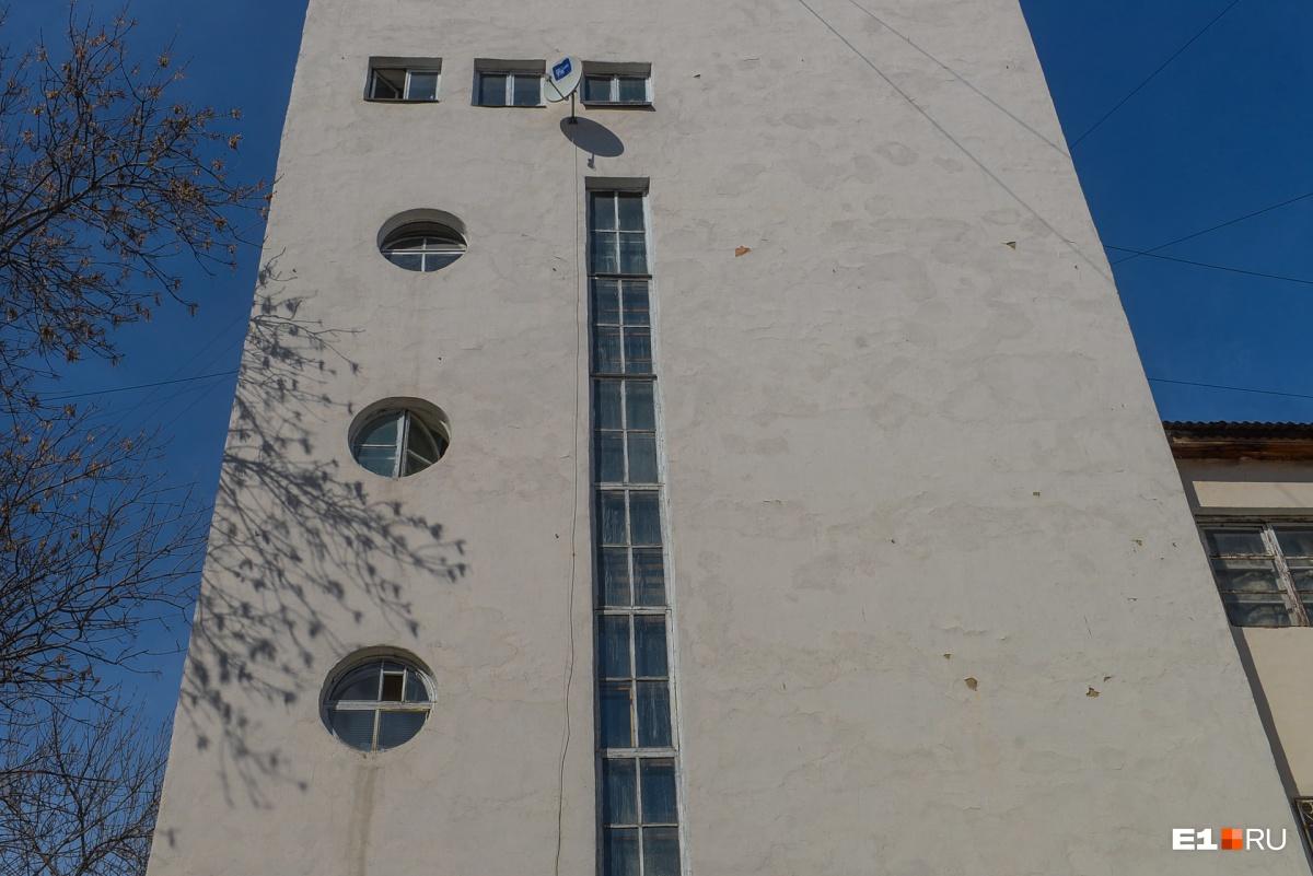 Сразу видно, где лестница, — такие окна в духе конструктивизма. А круглые окошки делали в ванных. В военные годы, правда, многие ванные стали жилыми комнатами, да так ими и остались