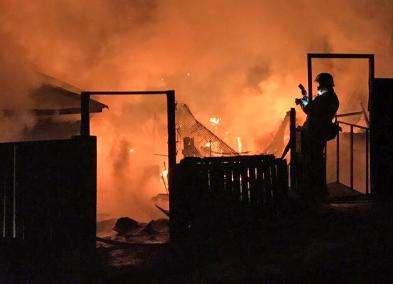В Дзержинском районе загорелись два частных дома— мужчина получил ожоги рук