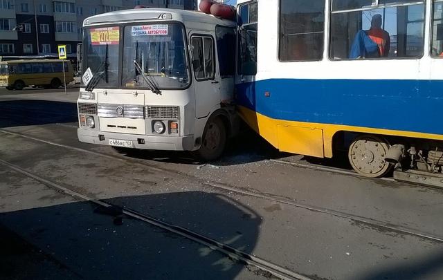 В Уфе трамвай протаранил пазик