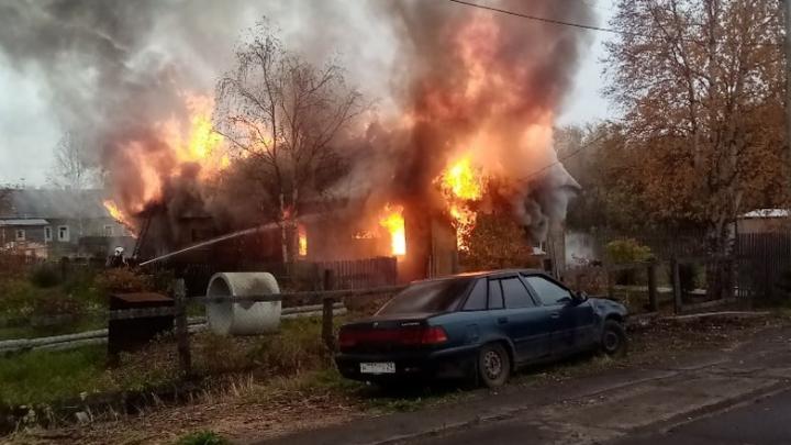 Тушили четыре расчёта: из-за взрыва газового баллона в Архангельске сгорел частный дом