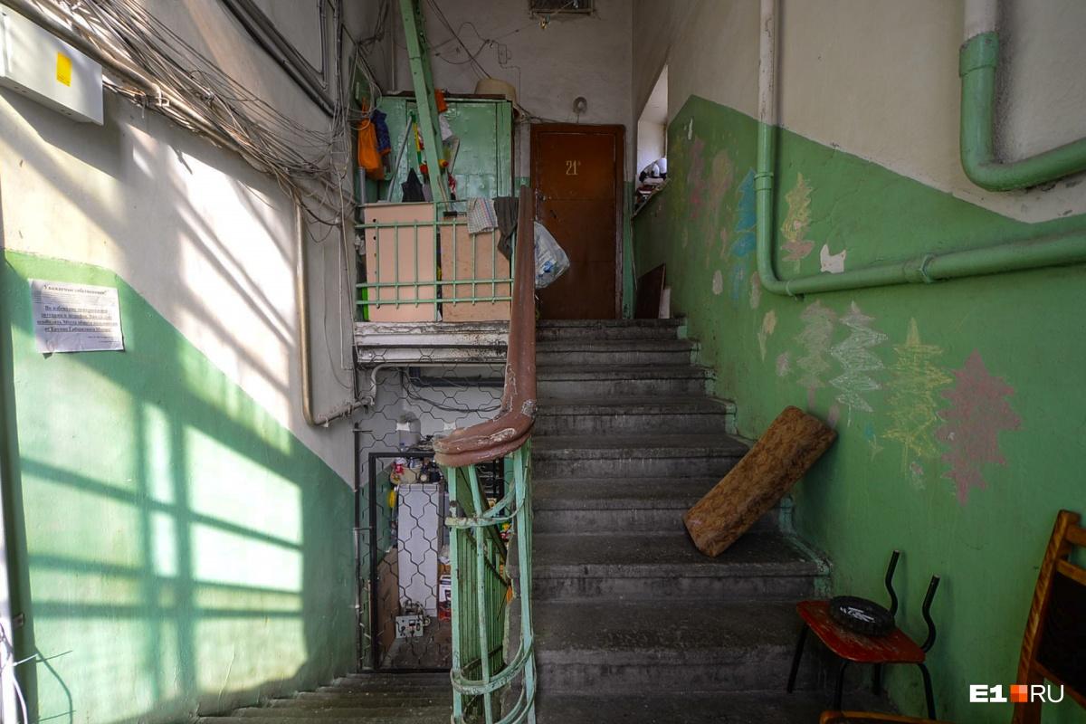 Оказывается, слева лестница и квартиры. Сверху доносится детский голос. Ясно, чьи это игрушки в коридоре