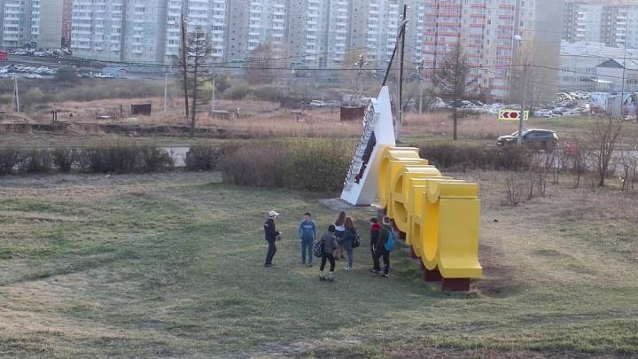 После набегов подростков-вандалов у стелы в «Солнечном» установили видеонаблюдение