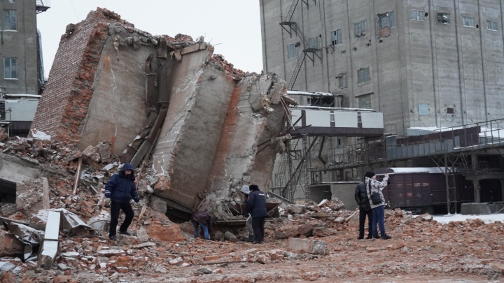 Спасатели нашли тело мужчины, погибшего под завалами здания в Старом Кировске