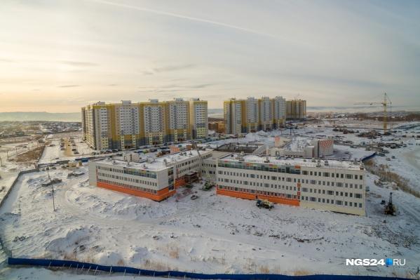 Школа строится рядом с домами «Сибиряка» в «Нанжуль-Солнечном»