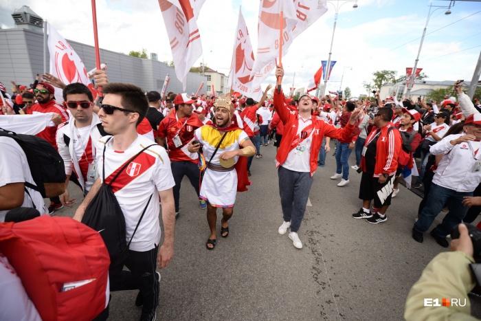 Толпа болельщиков прошла с флагами и под музыку