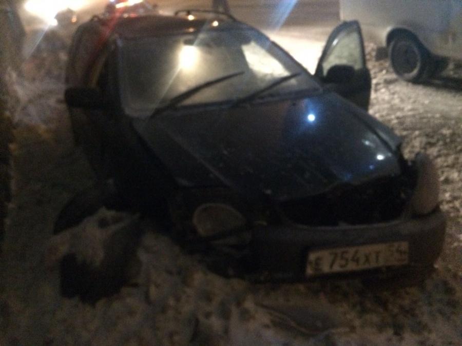 ВНовосибирске сорванная ветром крыша убила водителя иномарки