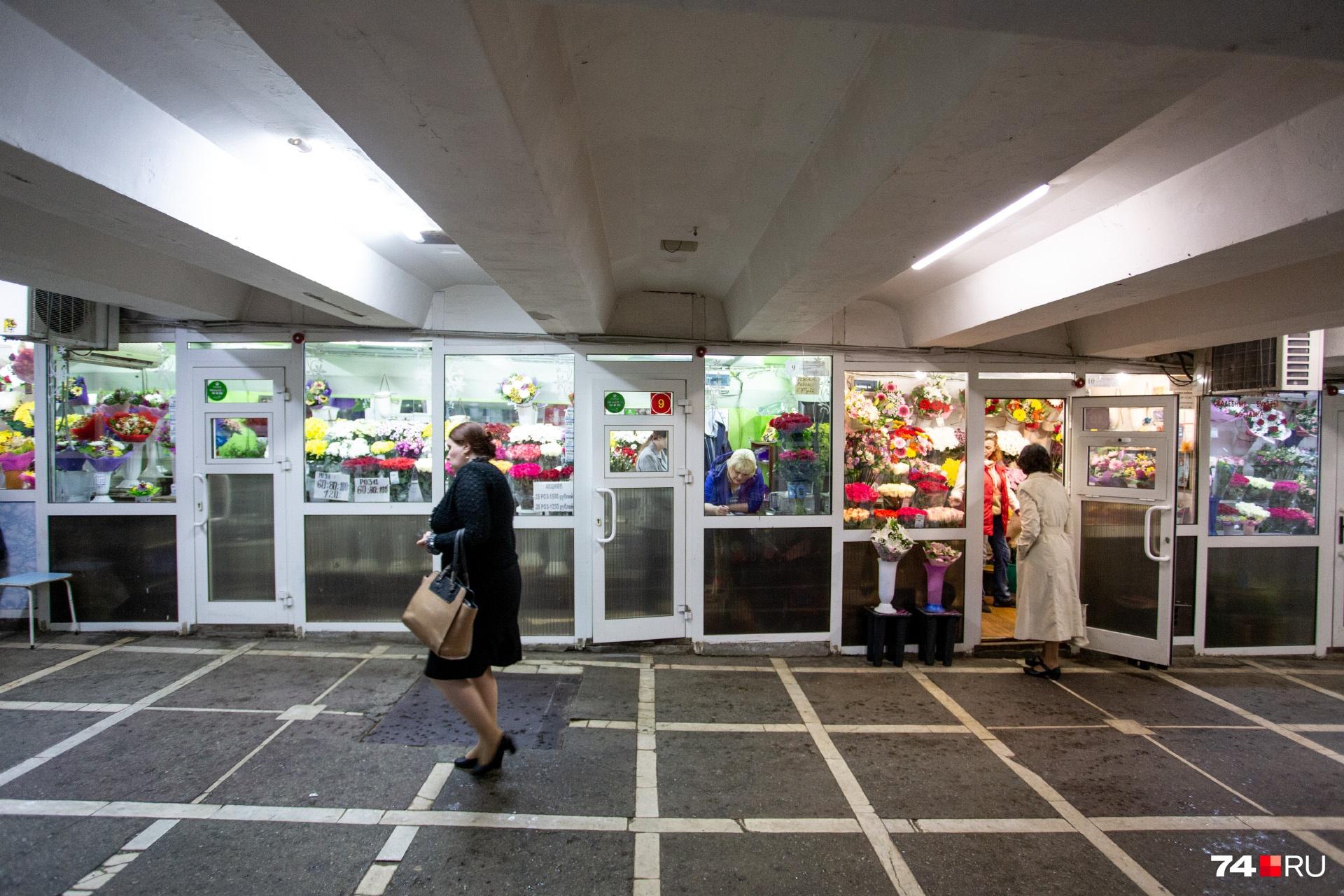 В цветочных киосках, по словам их продавцов, плата варьируется от 20 тысяч до 40 тысяч рублей в месяц