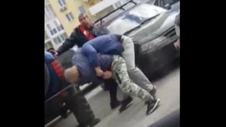 На парковке возле «Мегаполиса» таксист раскидал мужчин, которые не давали ему проехать