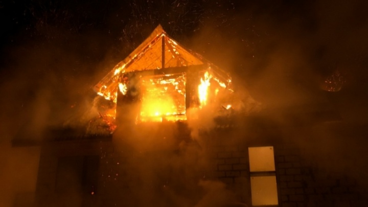 «Из окна видно зарево»: в деревне под Котласом ночью подожгли два дома