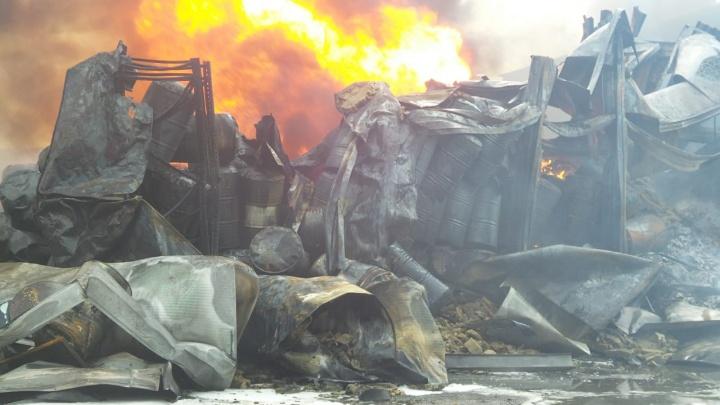 Сгорело 40 тонн масла: главные факты о страшном пожаре на складе на Эльмаше