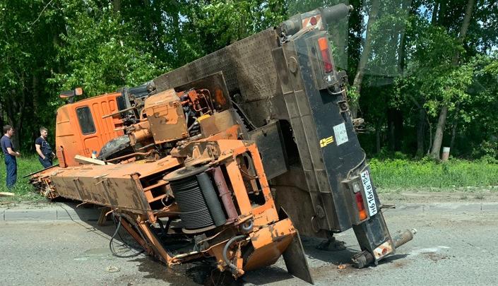 Видео: автокран перевернулся и перегородил проезд по улице Краузе