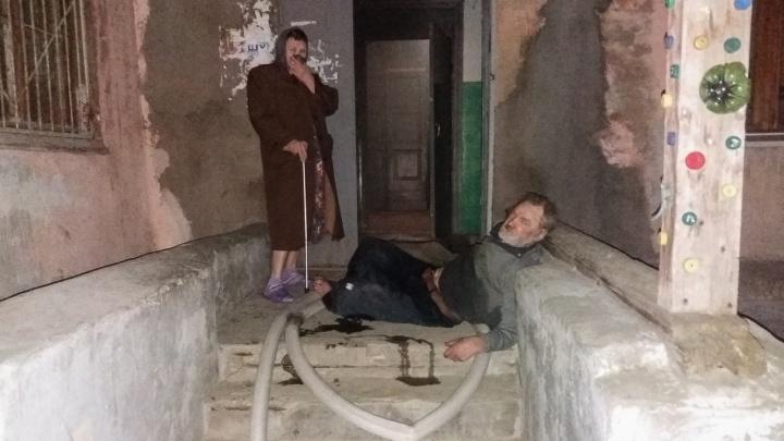«Сюда ходят мыться из соседних домов»: пьяный бездомный устроил пожар в общежитии Волгограда