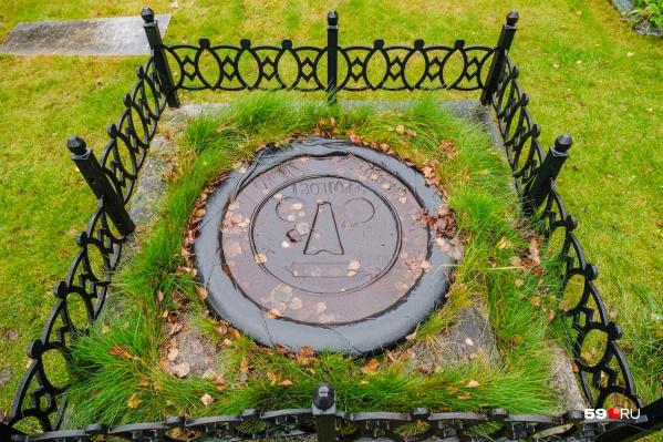 Могила проклятой дочери сейчас находится возле входа на Егошихинское кладбище
