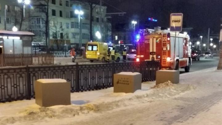 На площади Коммунаров встали трамваи из-за пассажира, упавшего в салоне